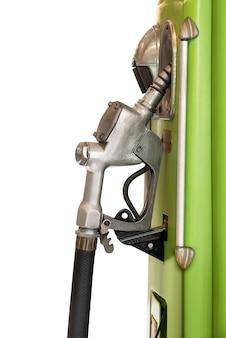 Alter benzinölpumpenspender lokalisiert auf weiß mit beschneidungsweg