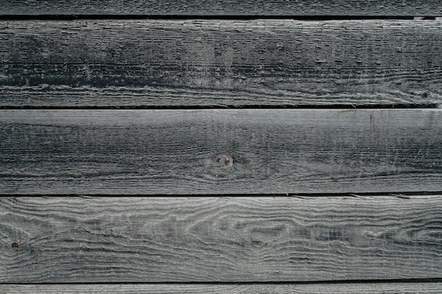 Alter brauner holzhintergrund aus dunklem naturholz im grunge-stil. natürliche rohe gehobelte textur der kiefer. die oberfläche des tisches, um flach zu schießen, lag. speicherplatz kopieren.