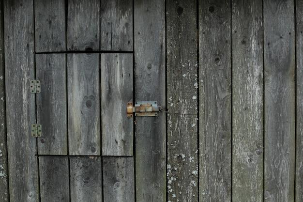 Alter brauner holzraum aus dunklem naturholz im grunge-stil