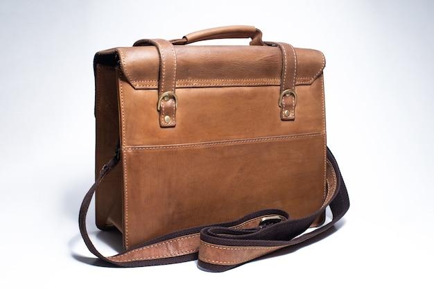 Alter brauner lederkoffer auf weißem hintergrund tasche für die kamera und andere