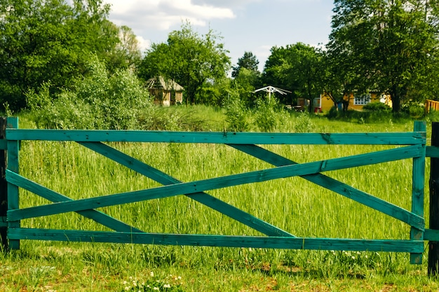 Alter bretterzaun und tor im grün, graslandschaft von mongolei