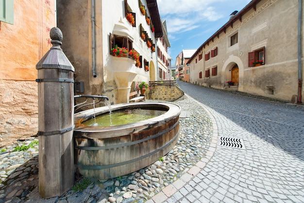 Alter brunnen im schweizer bergdorf guarda im engadi