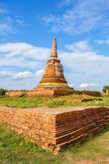 Alter buddha-pagodentempel mit bewölktem himmel in ayuthaya thailand