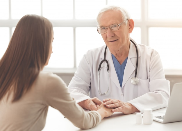 Alter doktor im weißen medizinischen mantel und in den brillen.