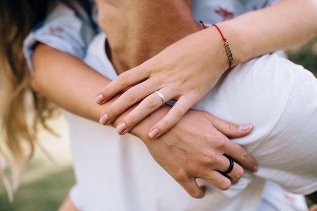 Alter ehemann und ehefrau händchen haltend, zusammengehörigkeit und romantiker, nahaufnahme