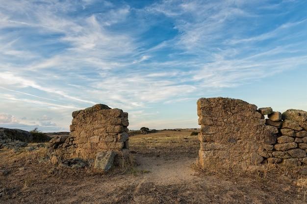 Alter eingang eines ruinierten stiftes auf der weide in spanien