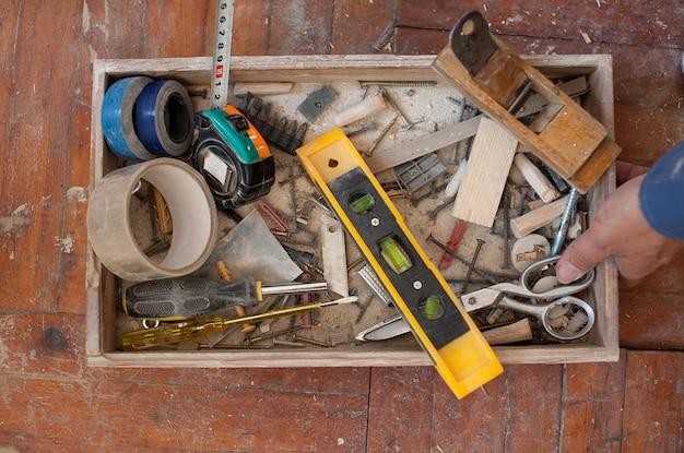 Alter fauler parkettboden mit meißel, hammerwerkzeug entfernen