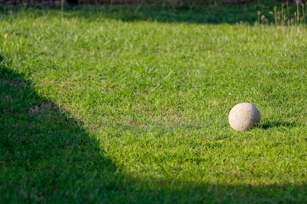 Alter fußball auf grünem garten bei thailand