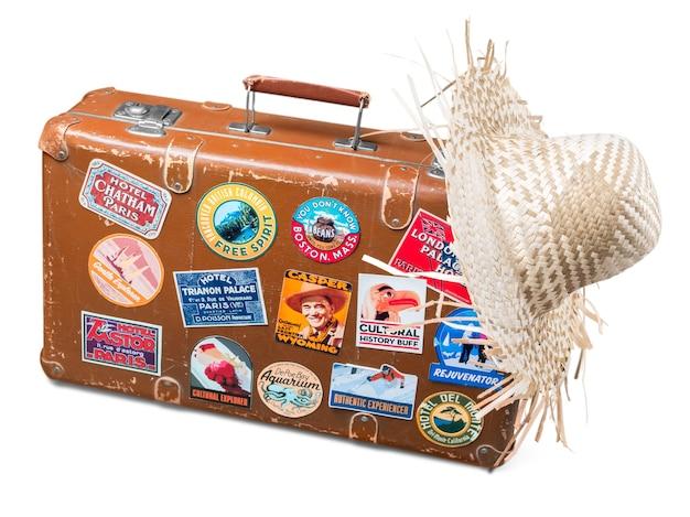 Alter gebrauchter koffer mit strohhut