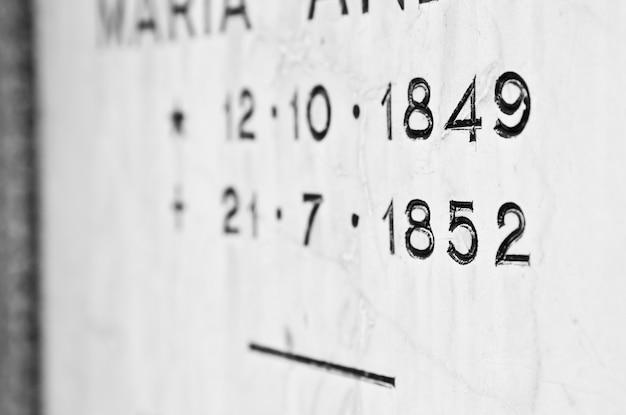 Alter grabstein auf dem italienischen friedhof mit geburts- und sterbedaten