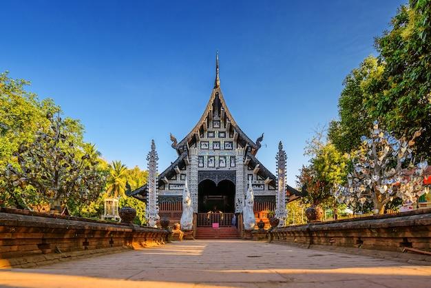 Alter hölzerner buddhistischer tempel von wat lok molee, chiang mai, thailand