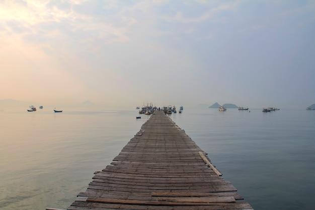 Alter hölzerner pier und der boot vieler fischer parken im pier.