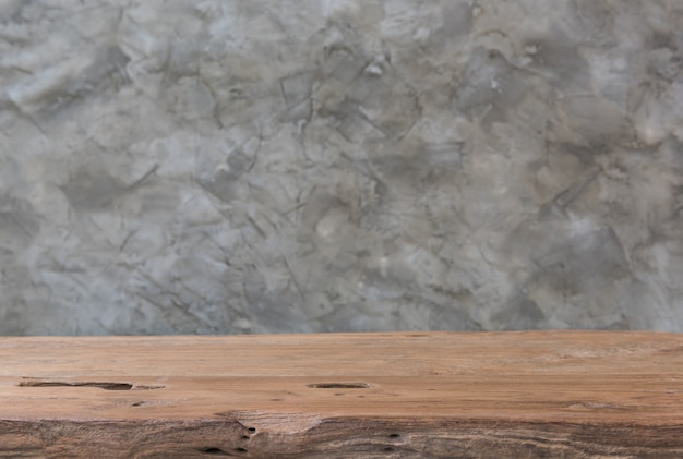 Alter hölzerner teakholztabelleninnenraum mit weinlesedachbodenzementhintergrund