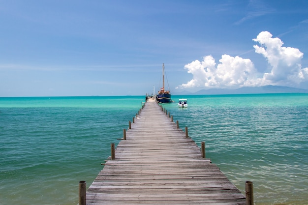 Alter holzbrückenpier und blauer himmel, andamanensee, thailand