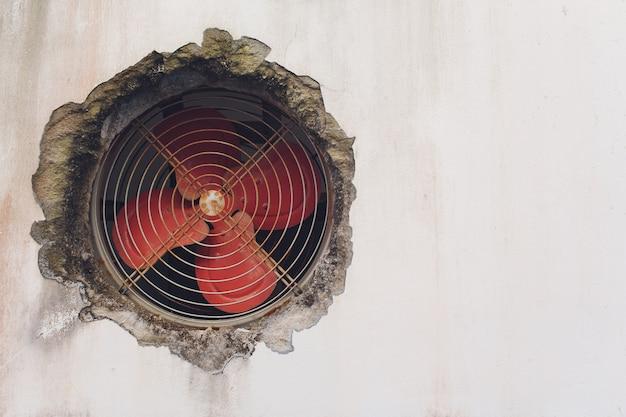 Alter industrieller ventilatorabzug in stahlblech.
