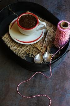 Alter kaffeetopf auf dunklem rustikalem hintergrund
