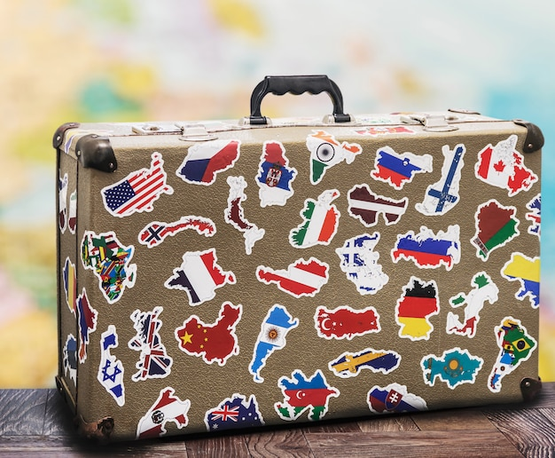 Alter koffer mit stikkers auf dem boden