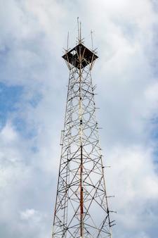 Alter kommunikations- und telekommunikationspfosten in der natur auf blauem himmel bei asien