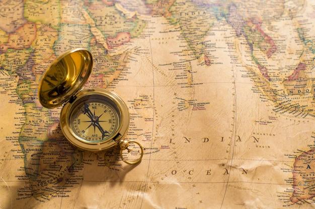Alter kompass auf vintage karte