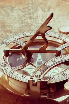 Alter kompass über alter karte