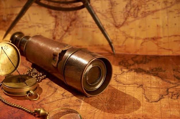 Alter kompass und fernglas auf der alten karte