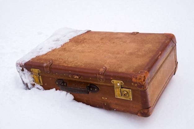 Alter lederner brauner koffer im schnee