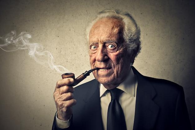 Alter mann, der eine pfeife raucht