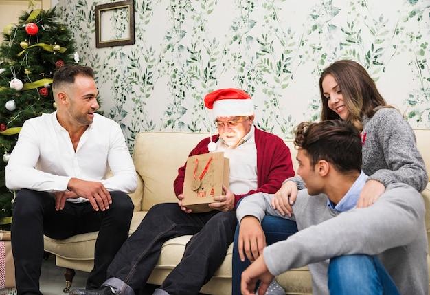 Alter mann, der glänzende geschenkbeutel betrachtet