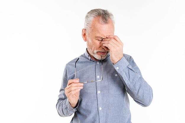 Alter mann hat kopfschmerzen isoliert
