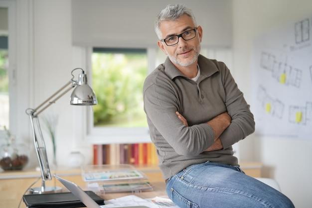 Alter mann im büro