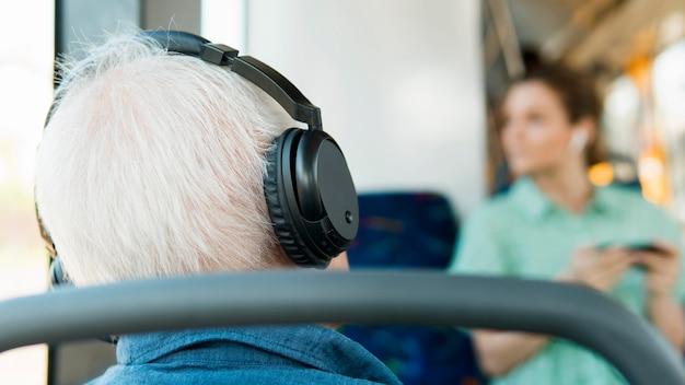 Alter mann im öffentlichen verkehrskonzept