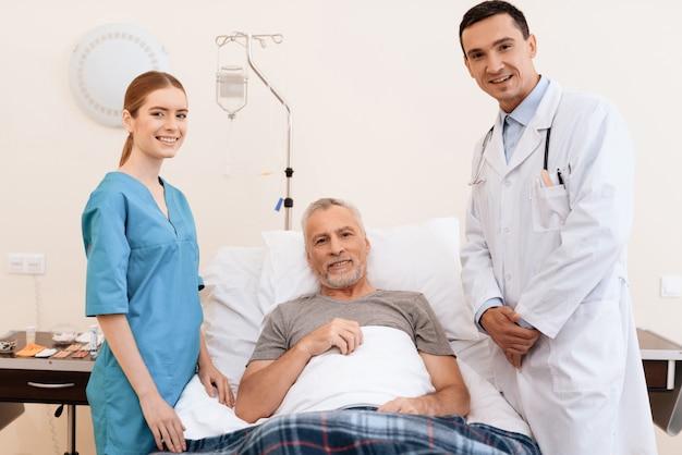 Alter mann, krankenschwester und arzt auf der krankenstation.