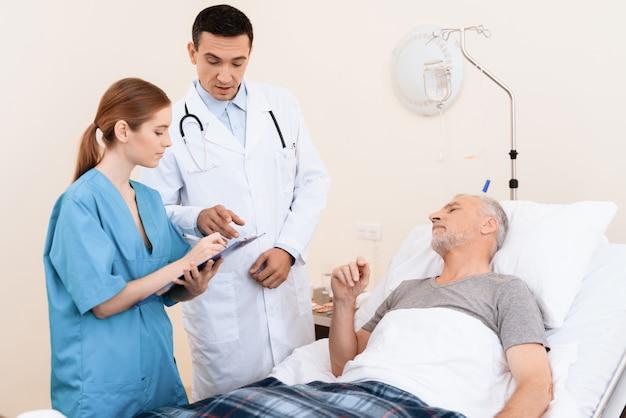 Alter mann liegt auf einem feldbett in der krankenstation.