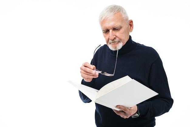 Alter mann mit buchporträt