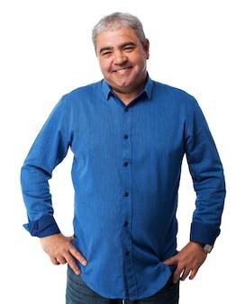 Alter mann mit einem blauen t-shirt