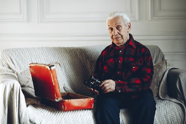Alter mann mit einem fernglas
