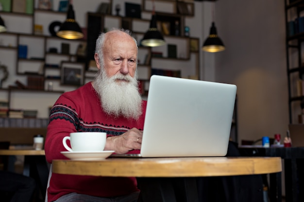 Alter mann mit einem laptop