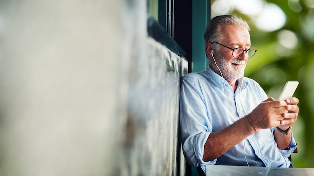 Alter mann mit einem smartphone