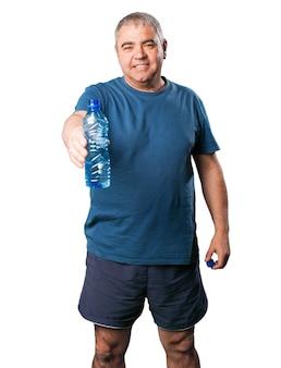 Alter mann mit einer flasche wasser