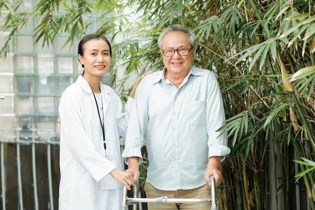 Alter mann mit krankenschwester, die draußen steht