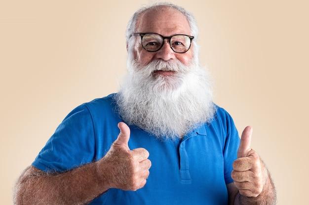 Alter mann mit langem bart auf pastellfarbenem hintergrund. senior mit weißem vollbart.