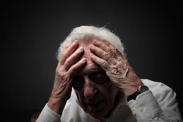 Alter mann mit schmerzen