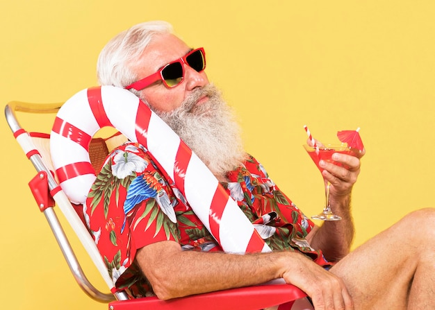 Alter mann mit sonnenliege und zuckerstange