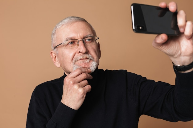 Alter mann mit telefonporträt