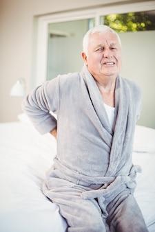 Alter mann runzelte die stirn mit bauchschmerzen