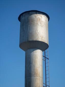 Alter metallwasserturm im sonnigen tag in der landschaft in russland im sommer.
