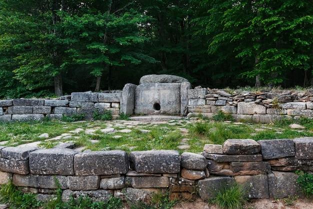 Alter mit ziegeln gedeckter dolmen im tal des flusses jean. denkmal der archäologie megalith-struktur