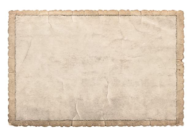 Alter papierrahmen mit geschnitzten kanten für fotos und bilder. gebrauchte kartonstruktur isoliert auf weißem hintergrund