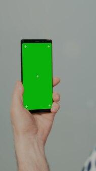 Alter patient mit greenscreen-smartphone
