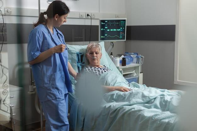 Alter patient mit lungenkrankheit, der mit sauerstoffmaske atmet